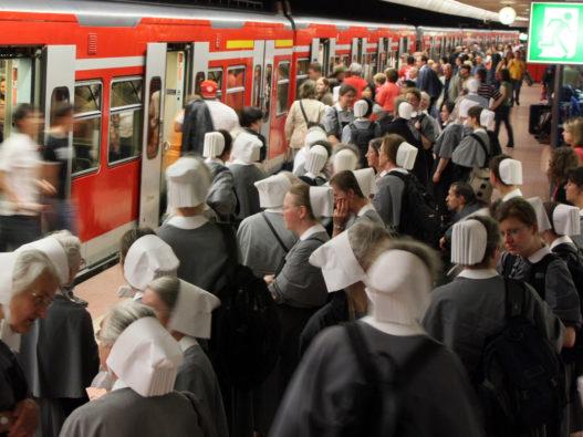 Schwestern am Bahnhof