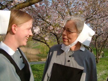 Schwester unter blühenden Bäumen