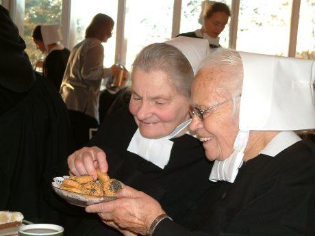 Senioren Schwestern beim Kuchenessen