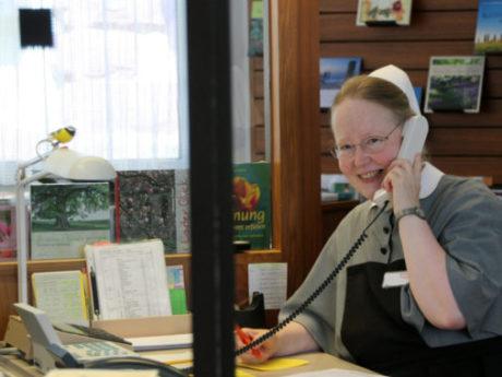 Schwester im Büro am Telephon